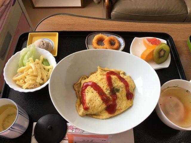 Hastane yemekleri denince tüm dünyada hemen herkesin aklına ilk olarak tuzsuz, lezzetsiz, sunumuyla da iştah açmayan yemekler gelir. Ancak Japonya'da bu durum tam tersi... Geçtiğimiz günlerde Japonya'da bir hastanede doğum yapan kadın öyle yemek fotoğrafları paylaştı ki bırakın hastanede, en lüks restoranda bile böyle yemeklerle karşılaşmak zor.