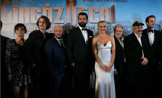 """Başrollerini Kenan İmirzalıoğlu ve Meryem Uzerli'nin paylaştığı, Peyami Safa'nın aynı isimli eserinden uyarlanan """"Cingöz Recai"""" filminin galası Levent'teki bir AVM'de yapıldı."""