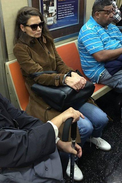 Ünlü oyuncu Katie Holmes önceki gün New York metrosunda objektiflere takıldı. Yalnız başına alışverişe çıkan Holmes, metroda seyahat etti.