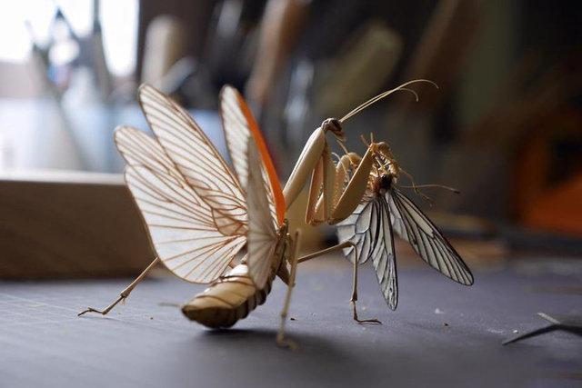 Japon sanatçı Noriyuki Saitoh, gerçek böcekleri yaşam alanlarından koparmaya gerek duymadan bambudan olağanüstü gerçekçi böcekler yapıyor.