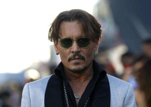 JOHNNY DEPP Hollywood'un en yakışıklı aktörlerinden biri olan Johnny Depp, ünlülerin barbie bebeklerini koleksiyonuna ekliyor. Depp, Barbie ve sevgilisi Ken ile oynamaya bayılıyor. Söylediğine göre ünlü aktör bu koleksiyonu kızıyla oynarken yapmaya başlamış.