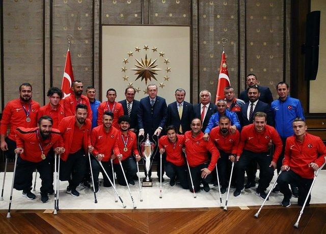 Cumhurbaşkanı Recep Tayyip Erdoğan, Avrupa Şampiyonu olan Ampute Futbol A Milli Takımı ile Tekerlekli Sandalye Basketbol A Milli Takımı'nı kabul etti.