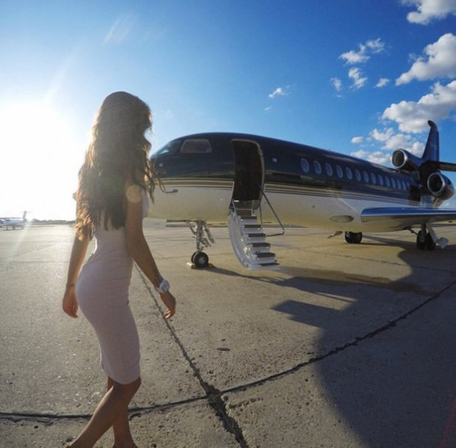 Moskova'da bulunan bir şirket, özel jet alacak kadar maddi durumu olmayanlar için özel jetlerde fotoğraf çekimi hazırlıyor.