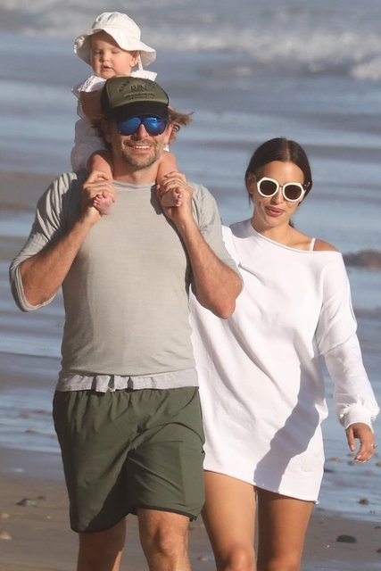 Bir süredir nişanlı olan top model Irina Shayk ile oyuncu Bradley Cooper, minik kızları Lea De Seine ile birlikte Malibu'da görüntülendi.