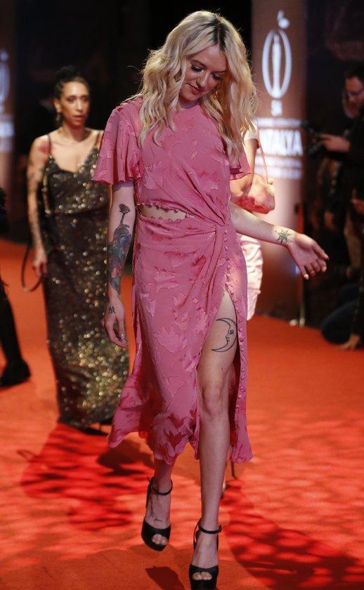 <p>Antalya'da bu yıl 54'üncüsü düzenlenen Uluslararası Film Festivali'nin kapanış töreni öncesi kırmızı halıda yürüyen kadın sanatçılar, birbirinden şık kıyafetlerle gazetecilere poz verdi</p>