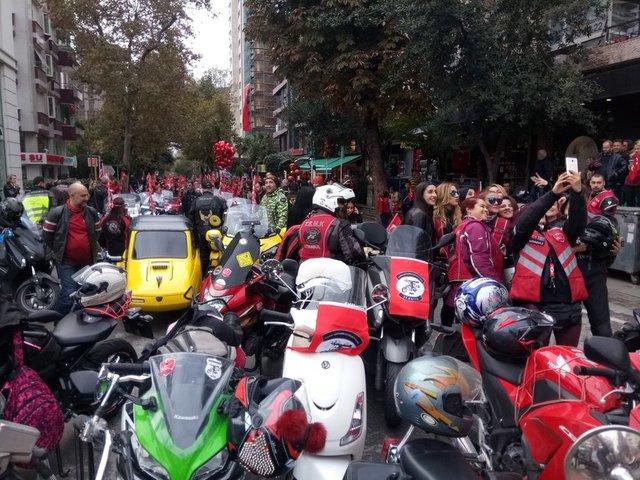 29 Ekim Cumhuriyet Bayramı dolayısıyla kortej oluşturmak için motosikletli kalabalık bir grup, Bağdat Caddesi'nde bir araya geldi.