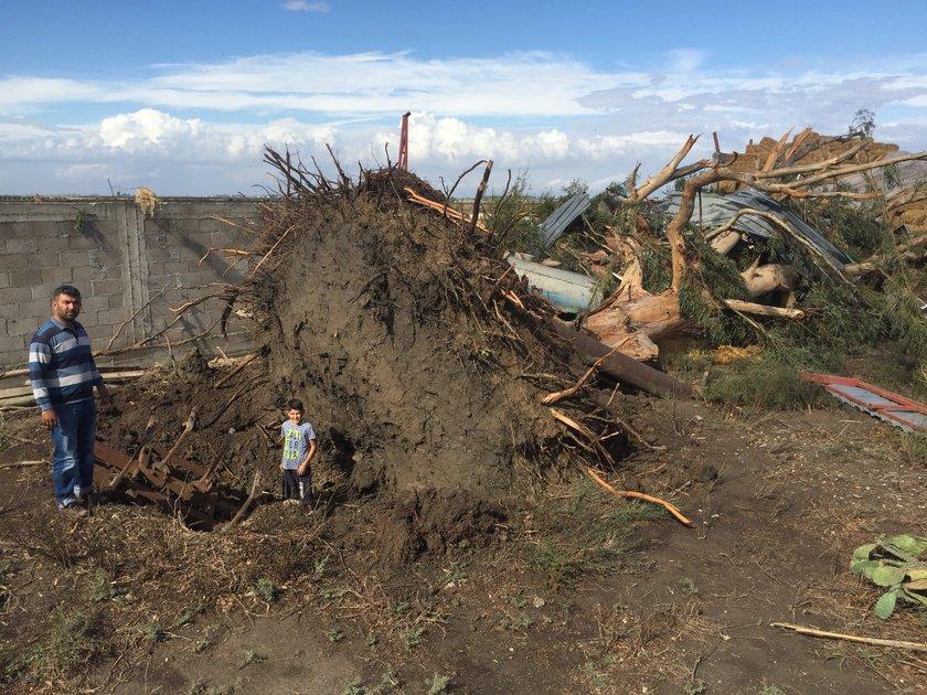 <p>Hortum nedeniyle 5 evde maddi hasar meydana geldi. Ahmet Avşar (67) isimli vatandaşın evinin duvarı yıkılırken, 50 yıllık dev ağaç kökünden söküldü. Mazot tankeri yan yattı. Avşar'ın evinin istinat duvarı yıkılırken, evinin bütün kapıları ve pencereleri de yerinde sökülerek hasar gördü, iki kaz telef oldu.</p>