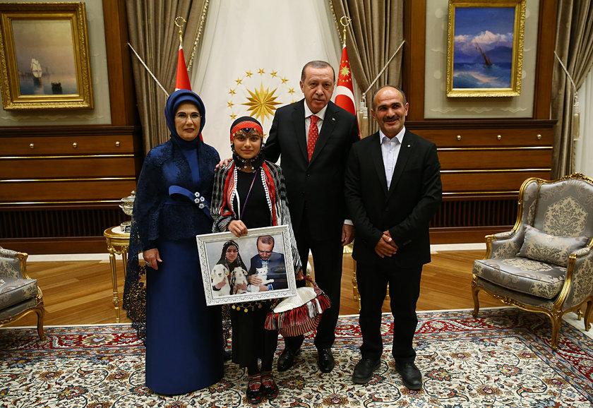 <p>Resepsiyona, yeni doğum yapan keçiyi sırtında, yavrusunu ise köpeğinin sırtına bağladığı okul çantasında taşıdığı fotoğrafıyla tüm Türkiye'nin tanıdığı 12 yaşındaki Hamdu Sena Bilgin de katıldı.</p>