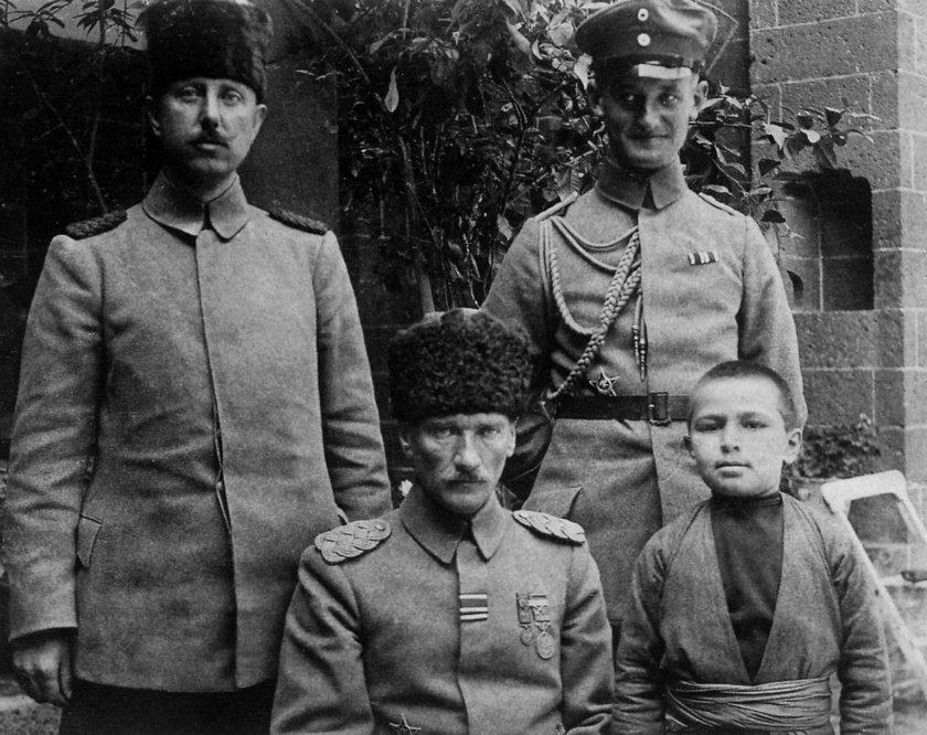 <p>Atatürk'ün, 1917'de 2'nci Ordu Komutanı olarak görev yaptığı Diyarbakır'da iki subay ve bir çocukla çektirdiği fotoğraf dikkati çekti.</p>