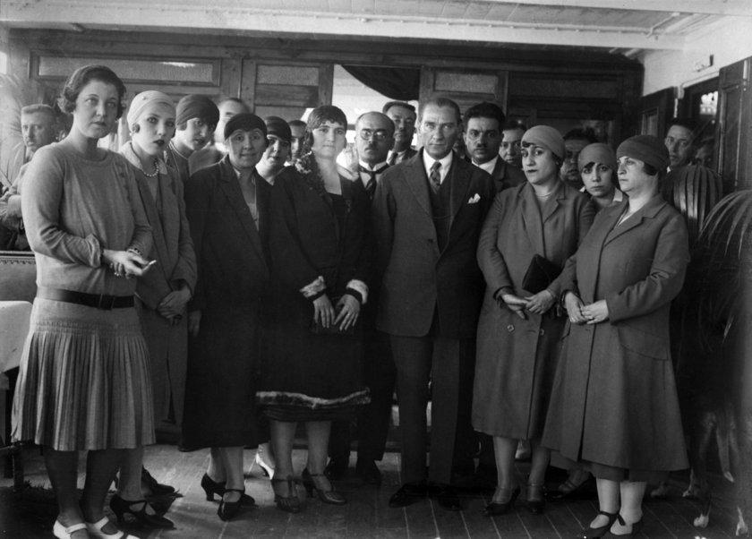 <p>Fotoğraflarda, 79 yıl önce 10 Kasım 1938'de hayata gözlerini yuman Atatürk'ün, sağlığında Türkiye'nin dört bir yanına gerçekleştirdiği ziyaretleri ve günlük hayatından kesitleri yansıtan kareler yer aldı.</p>