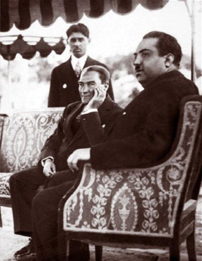 <p>Atatürk, 1933 yılında Afgan Veliahtı ile İzmir'de görülüyor</p>