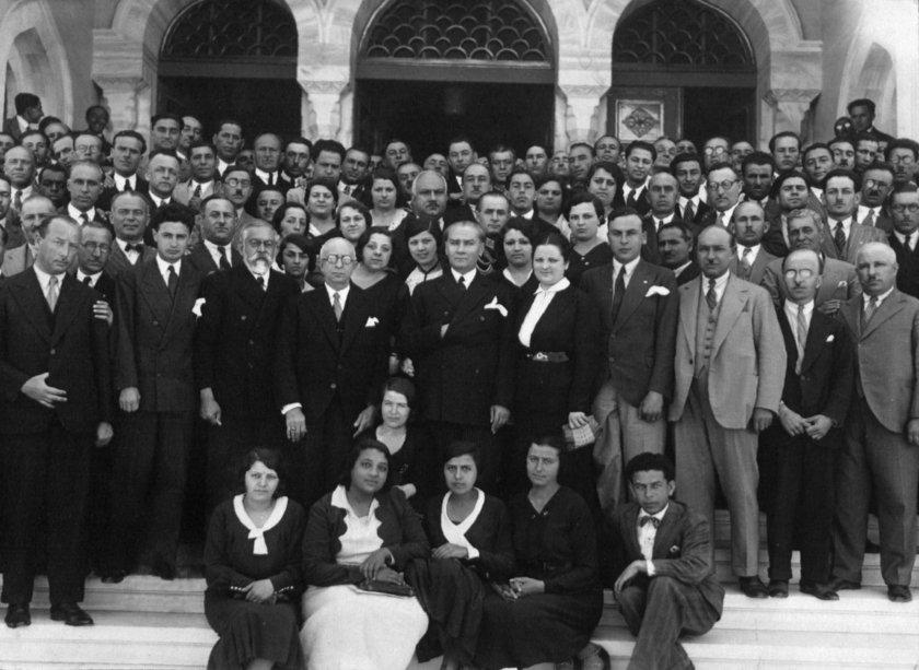 <p><strong>GENELKURMAY ARŞİVİNDEN ATATÜRK'ÜN HİÇ GÖRMEDİĞİNİZ KARELERİ</strong></p>\n<p>Türkiye Cumhuriyeti'nin kurucusu Mustafa Kemal Atatürk'ün Cumhuriyet öncesi ve sonrasına ilişkin az bilinen fotoğrafları ile bazı belgeler günyüzüne çıktı.</p>