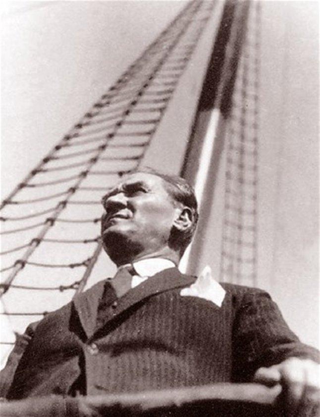 <p>Atatürk, 1928 yılında İzmir vapurunda görülüyor.</p>