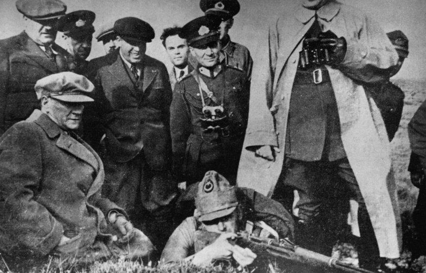 <p>Atatürk'ün, ordunun, Sakaryanın doğusuna çekilmesi emri ile Tekalif-i Milliye Emirleri'ni içeren belgelerin yanı sıra Atatürk'ün, Sakarya Meydan Muharebesi sonrasında TBMM tarafından kendisine verilen \