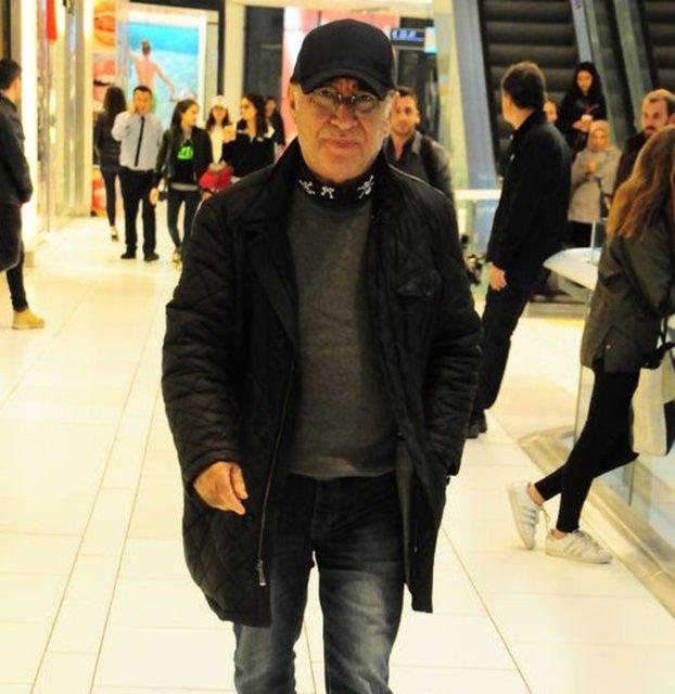 HT Magazin'den Serkan Öztürk'ün haberine göre yedi yıl aradan sonra, 10 Kasım'da yine bir Yavuz Turgul filmi olan 'Yol Ayrımı' ile hayranlarının karşısına çıkmaya hazırlanan Şener Şen, bir AVM'de görüntülendi.