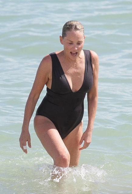 Temel İçgüdü filmiyle tanınan, oyunculuğu ve güzelliğiyle adından sıkça söz ettiren seksi oyuncu Sharon Stone şu sıralar Miami'de arkadaşlarıyla tatil yapıyor.