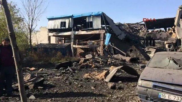 Bursa'nın Gürsu ilçesindeki bir boya fabrikasında meydana gelen patlamada 5 işçi hayatını kaybetti, 16 kişi hayatını kaybetti. Buhar kazanının patlaması sonucu meydana gelen olayda, fabrikanın çatısı çökerken, çevredeki binalar da hasar gördü.