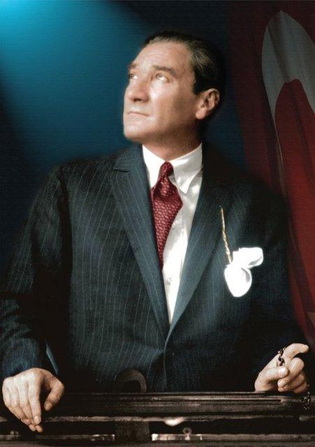 Türkiye Cumhuriyeti'nin kurucusu Mustafa Kemal Atatürk ebediyete intikalinin 79. yıl dönümünde anılıyor. İşte Ünlü isimlerin sosyal medyadan paylaştıkları 10 Kasım duyguları...