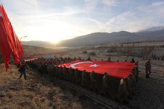 """Tarihte """"93 Harbi"""" olarak anılan 1877-1878 Osmanlı-Rus Savaşı'nın en çetin muharebelerinin yaşandığı ve halkın desteğiyle düşmanın yenildiği Topdağı'ndaki Aziziye Tabyaları'na saygı yürüyüşü yapılması için Erzurum Valiliği ve Büyükşehir Belediyesince bir yürüyüş organize edildi."""
