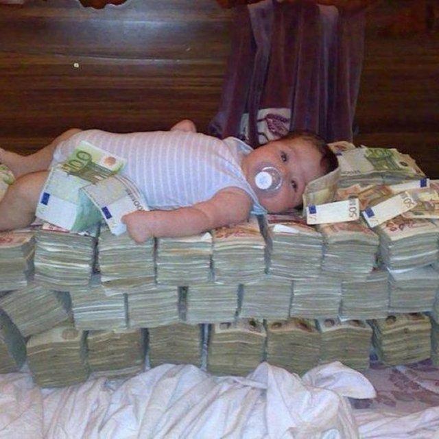 Zenginler artık kendi lüks yaşamlarını sosyal medyada paylaşmakla kalmıyor, bebeklerinin hayatlarını da paylaşıyor.