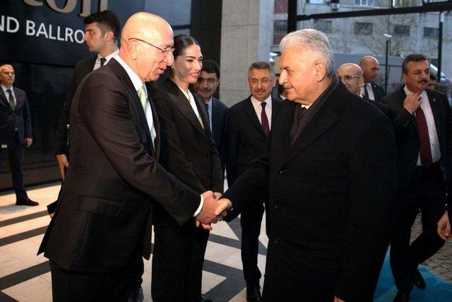 Bu yıl ikincisi düzenlenen Bloomberg Ht Türkiye Ekonomi Zirvesi'nde bir konuşma da yapan Binali Yıldırım'ı Ciner Grubu Yönetim Kurulu Başkanı Turgay Ciner ve Didem Ciner karşıladı