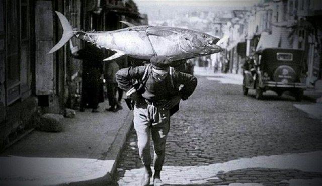 Boğaz'da yakalanan bir orkinos ve onu taşıyan balıkçı (1929)
