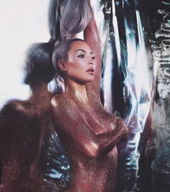 Sosyal medyayı aktif olarak kullanan ünlüler arasında yer alan Kim Kardashian, üzerine hiçbir şey giymeden vücudunu simlerle kapladı.