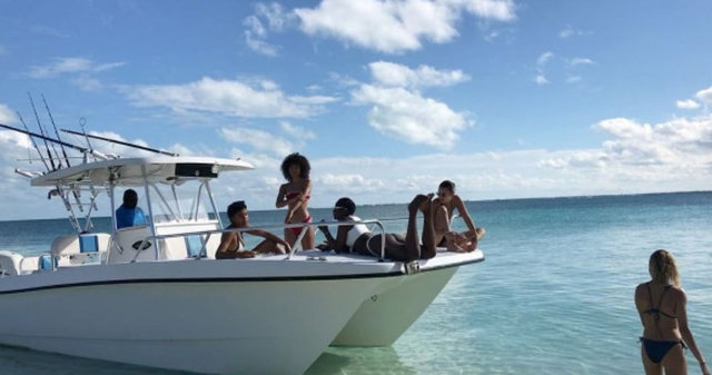 HT Magazin'de yer alan habere göre, iki güzel, kendileri gibi model olan 21 yaşındaki arkadaşları Hailey Baldwin'in doğum günü partisini Bahamalar'da kutladı.