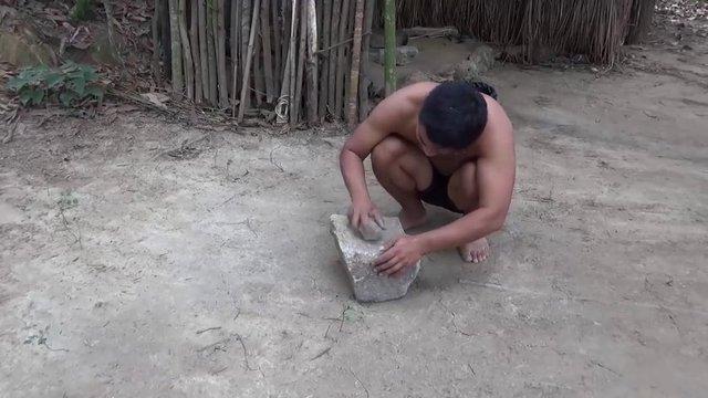 Genç bir youtuber sadece doğadaki malzemeleri kullanarak sıfırdan değirmen taşı yaptı ve takipçileriyle paylaştı.