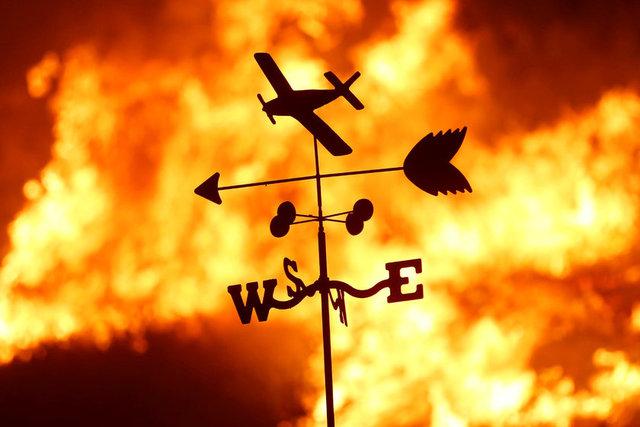 Reuters'ın haberine göre, ABD Güney Kaliforniya'da başlayan yangına müdahale için 1000'den fazla itfaiyeci bölgede görev yapıyor
