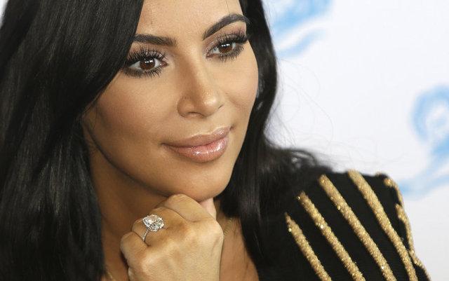 HT Magazin'de yer alan habere göre, Kim Kardashian, şarkıcı kocası Kanye West'in geçen yıl çektiği 'Famous' adlı sergiden bir fotoğrafı Instagram hesabından paylaşınca olay çıktı.