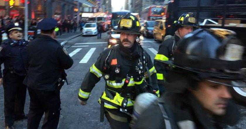 <p>New York polisi, Manhattan'da sebebi henüz bilinmeyen bir patlama gerçekleştiğini duyurdu. İşte olay yerinden görüntüler...</p>