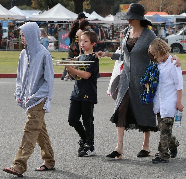 Dünyanın en zengin oyuncularından biri olan Angelina Jolie, bitpazarında çocuklarıyla birlikte alışveriş yaparken görüntülendi.