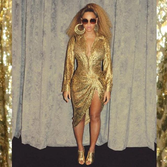 HT Magazin'de yer alan habere göre, sık sık Instagram hesabından birbirinden iddialı paylaşımlar yapan popstar, bu defa da altın rengi elbisesiyle dikkat çekti.
