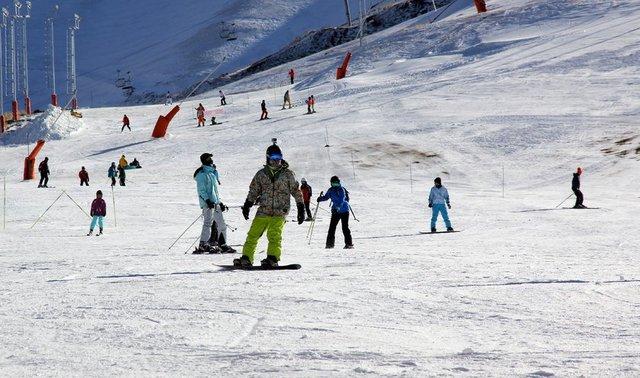 Hakkari'de etkili olan kar yağışının ardından 2 bin 800 rakımlı Merga Bütan Kayak Merkezi, kayakseverlere hizmet vermeye başladı.