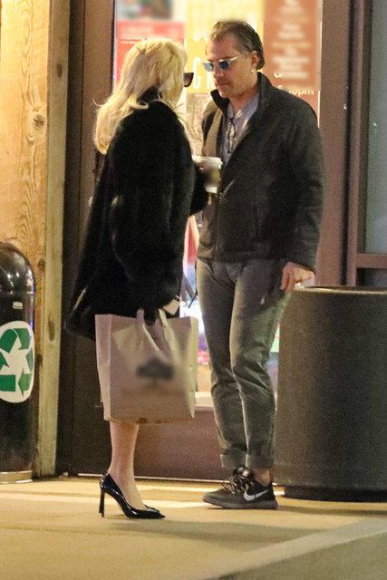 Gazete Habertürk'te yer alan habere göre, California'nın Malibu İlçesi'nde görüntülenen çift, alışveriş merkezine girmeden önce birbirleriyle şakalaştı.