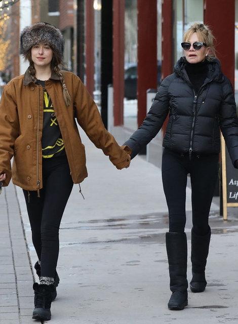 Gazete Habertürk'te yer alan habere göre, 60 yaşındaki annesiyle karlı sokaklarda el ele yürüyen 28 yaşındaki güzel aktris, makyajsız hali ve sade görüntüsüyle dikkat çekti.