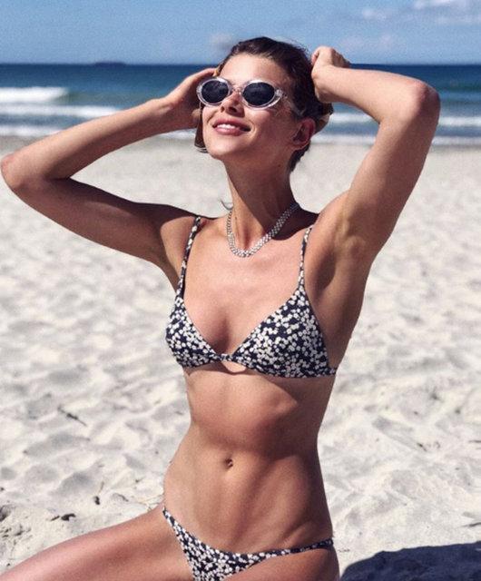 Gazete Habertürk'te yer alan habere göre, 25 yaşındaki model siyah-beyaz bikinisi ile güzelliğini ortaya serdi.