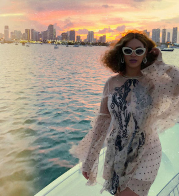 Gür ve kıvırcık saçlarını kestiren Beyonce, yeni stilini Instagram hesabından takipçileriyle paylaştı.