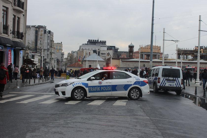 <p>Güvenlik tedbirleri kapsamında Taksim Meydanı ve İstiklal Caddesi'ne çıkan tüm yollar trafiğe kapatıldı. Taksim Meydanı'nın etrafı çelik bariyerlerle kapatılırken, bazı yerlerde arama noktaları oluşturuldu. Vatandaşlar ile turistler üzerileri aranarak Taksim Meydanı'na alınıyor.</p>