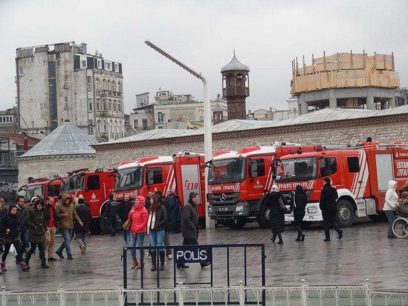 <p>Yoğun güvenlik önlemlerinin alındığı meydana öğleden sonra kamyonlarla çelik bariyerler getirildi. Bunlar meydana açılan sokaklarla çevresine konuldu. Bazı yerlerde arama noktaları oluşturuldu. Saat 15.00'ten itibaren ise vatandaşların meydana girmesi bu arama noktalarından geçirilerek sağlandı.</p>