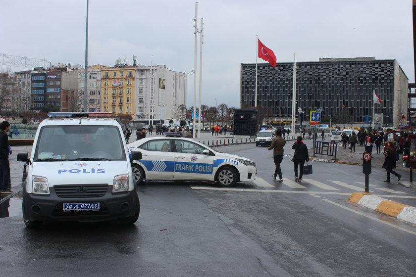 <p>Meydanda ve İstiklal Caddesi'nde özel hareket polisleri de olası bir olumsuzluğa karşı konuşlandırıldı. Kimi polis ekipleri ise kimlik kontrolü yaparken şüpheli görülen kişilerin GBT'sine bakılıyor.</p>
