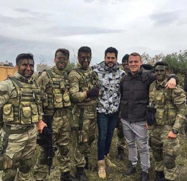 Yakışıklı oyuncular kendilerine yardımcı olan Kara Havacılık Komutanlığı'nda görevli askerlere sürpriz yaptı.