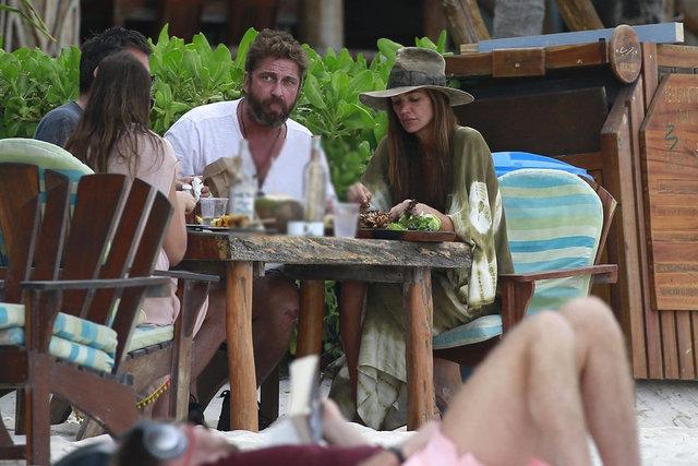 Gazete Habertürk'te yer alan habere göre, 47 yaşındaki Butler, Tulum sahilinde sevgilisiyle romantik bir öğle yemeği yerken görüntülendi.