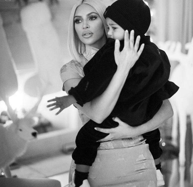 Gazete Habertürk'te yer alan habere göre, ABD'li televizyon yıldızı Kim Kardashian'ın, oğlu Saint zatürreeden hasta yatarken arkadaşlarıyla yeni yıl partisi yaptığı ileri sürüldü.