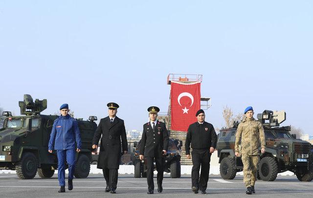 Asayiş, komando ve eğitim dahil 6 temel kıyafetinde değişiklik yapılan jandarma teşkilatı yeni üniformalarıyla yılbaşından itibaren vatandaşın huzur ve güvenliği için görev yapıyor. (AA)