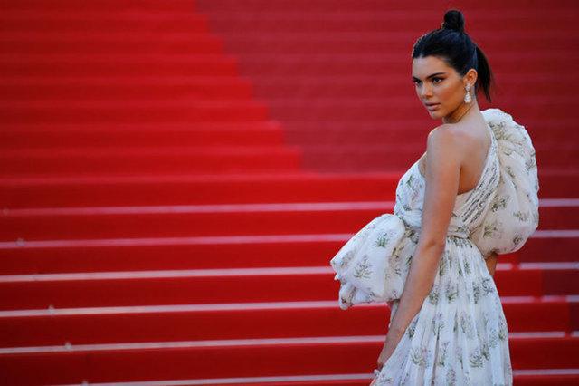 Kendall Jenner, son günlerde sivilceleriyle gündemde.