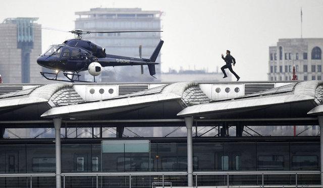 Gazete Habertürk'te yer alan habere göre, Londra'daki Blackfriars İstasyonu'nun çatısındaki helikoptere yetişmek için hızla koşan Cruise, bu zorlu sahnede dublör kullanmadı.