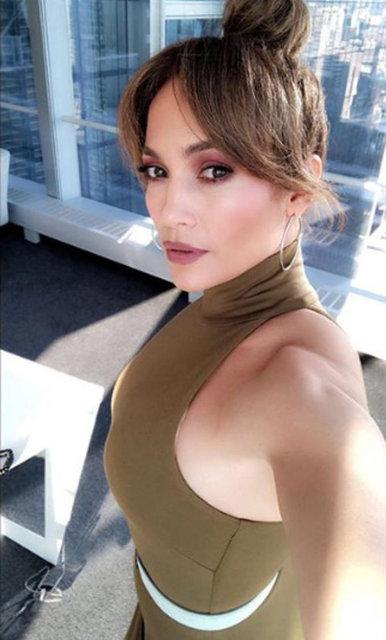 Son dönemde hem konserleri hem de rol aldığı polisiye dizi ile gündemde olan Jeninfer Lopez tanıtım yüzü olduğu bir giyim firması için verdiği pozu Instagram sayfasında paylaştı.