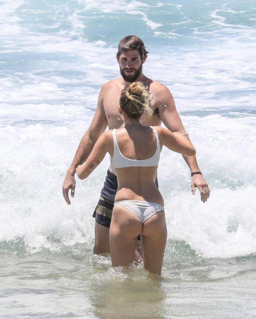 HT Magazin'de yer alan habere göre, dünyaca ünlü pop şarkıcısı Miley Cyrus, geçtiğimiz günlerde gizlice evlendiği yönünde haber çıkan nişanlısı Liam Hemsworth'la Avustralya'da tatil yaparken görüntülendi.